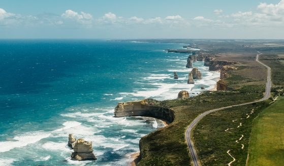 https://seeadelaideandbeyond.com.au/wp-content/uploads/2016/01/12-Apostles-top-view-g-559x327.jpg
